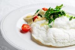 Pluizige Eiwitomelet met rukola, kaas en kersentomaten Witte Schotel Zonder dooier Stock Foto's