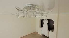 Pluizige huwelijkskleding op een hanger in hotelruimte Huwelijksochtend stock videobeelden