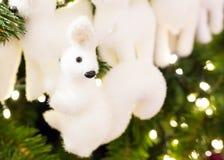 Pluizige leuk weinig stuk speelgoed witte, feestelijke decoratie van een Kerstboom, de achtergrond van de de kaartgelukwens van d Royalty-vrije Stock Fotografie