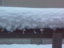 Pluizige Nieuwe Sneeuw op Huiseaves stock afbeelding