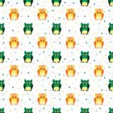 Pluizige oranje en groene uilen met gestippelde achtergrond Stock Foto's