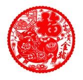 Pluizige rode vlakke papier-besnoeiing sticker op wit als symbool van Chinees Nieuwjaar van het varken stock foto's