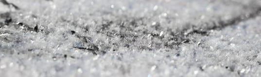 Pluizige vlokken van de eerste sneeuw die op de grond leggen stock foto