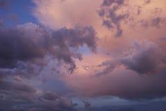 Pluizige wattenwolken Stock Afbeeldingen