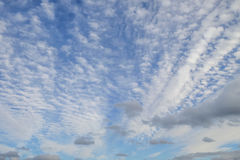 Pluizige witte die wolken in blauwe hemel worden gewaaid stock foto