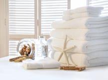 Pluizige witte handdoeken op lijst Stock Fotografie