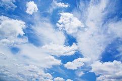 Pluizige witte wolk Royalty-vrije Stock Afbeeldingen
