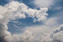 Pluizige witte wolk op duidelijke blauwe hemel stock afbeelding