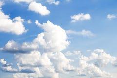Pluizige wolken in de blauwe hemel royalty-vrije stock fotografie