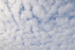 Pluizige wolken in de hemel Stock Foto's