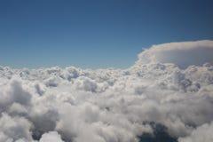 Pluizige wolken en blauwe hemel Stock Fotografie