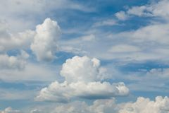 Pluizige wolken, het behang van de atmosfeerlucht klimaat royalty-vrije stock afbeelding