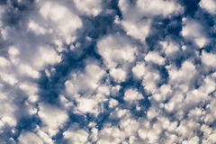 Pluizige wolkenachtergrond Royalty-vrije Stock Foto's