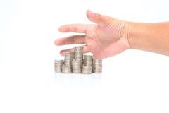 Pluk omhoog een stapel van muntstukken met de hand op wit worden geïsoleerd dat Royalty-vrije Stock Foto's