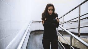 Plumón desesperado del paseo frío de la mujer adulta la rampa foto de archivo