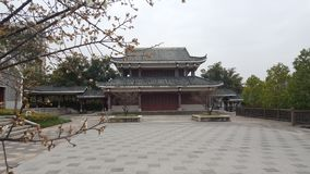 Plum Blossoms et multi - pavillon faisant le coin en hiver photos libres de droits