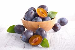 Plum. Bowl with fresh plum and leaf Royalty Free Stock Photos