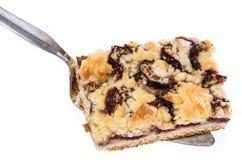 Plum Cake aislada en un levantador Foto de archivo libre de regalías