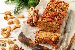 Plum-cake casalingo festivo di festa con i dadi, la frutta e le spezie Immagini Stock Libere da Diritti