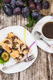 Plum Cake com café fotos de stock