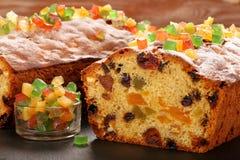 Plum-cake di Pasqua sui precedenti di pietra fotografia stock