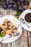 Plum Cake mit Kaffee Stockfotos
