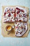 Plum Cake rústica con el azúcar de la migaja y de formación de hielo Imagen de archivo libre de regalías