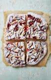 Plum Cake rústica con el azúcar de la migaja y de formación de hielo Fotos de archivo
