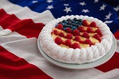 Plum-cake servito in piatto sulla bandiera americana Immagini Stock