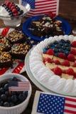 Plum-cake servito in piatto sulla tavola di legno fotografia stock