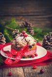 Plum-cake tradizionale per il Natale decorato con il suga in polvere Fotografia Stock