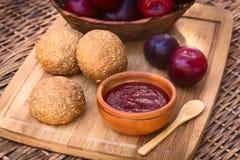 Plum Jam en Wholegrain Broodjes Royalty-vrije Stock Afbeelding