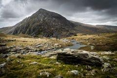 Pluma año Ole Wen que pasa por alto a Llyn Idwal, Snowdonia Imágenes de archivo libres de regalías