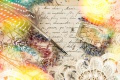 Pluma antigua de la tinta, perfume, flores de la lavanda y viejas letras de amor imagen de archivo