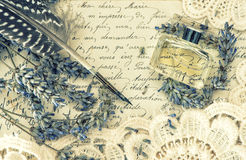 Pluma antigua de la tinta, perfume, viejas letras de amor y flores de la lavanda Foto de archivo libre de regalías