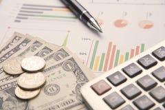 Pluma, calculadora, dinero, acción del gráfico para las finanzas del negocio Foto de archivo
