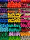 Pluma colorida en estantes en la tienda o los grandes almacenes, pluma colorida de los efectos de escritorio del punto culminante Imagen de archivo