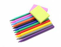 Pluma colorida y notas pegajosas Imagen de archivo libre de regalías