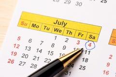 Pluma con el calendario fotografía de archivo