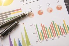 Pluma con la acción del gráfico para las finanzas del negocio Fotografía de archivo libre de regalías