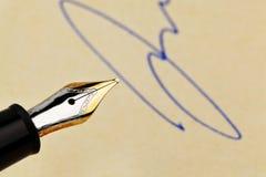 Pluma con la firma Imágenes de archivo libres de regalías