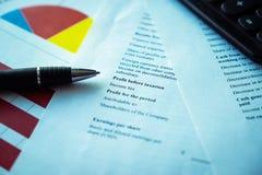 Pluma con las cartas de negocio, fondo de los informes para los conceptos financieros y del negocio foto de archivo libre de regalías