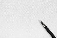 Pluma de bola negra en el fondo del Libro Blanco Imagen de archivo libre de regalías