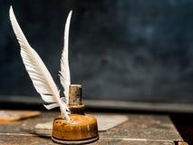 Pluma de canilla de la pluma y botella de tinta fotografía de archivo