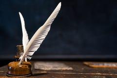Pluma de canilla de la pluma y botella de tinta imagenes de archivo
