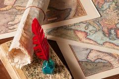 Pluma de canilla y mapas viejos Imagen de archivo libre de regalías