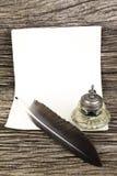 Pluma de canilla y tintero y papel viejo Foto de archivo libre de regalías