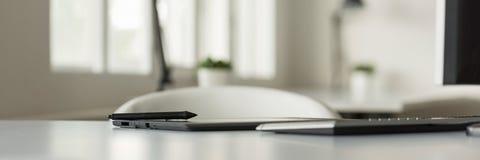 Pluma de la aguja en una tableta gráfica en oficina brillante Imagen de archivo libre de regalías