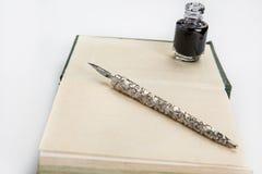 Pluma de la inmersión del libro y de la tinta Imagen de archivo libre de regalías