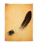 Pluma de la pluma en el papel amarilleado viejo Fotografía de archivo libre de regalías